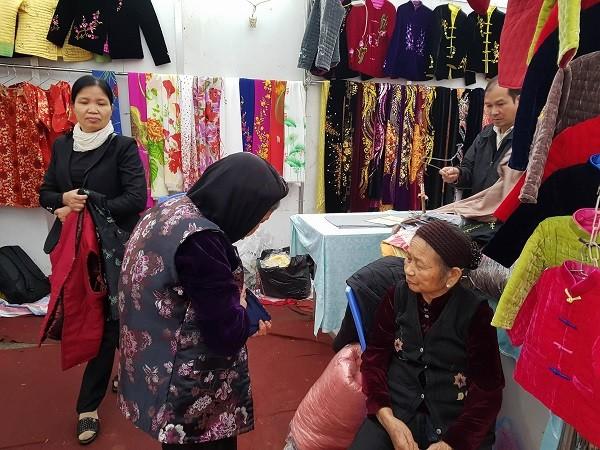 Người dân ngoại thành hào hứng với Hội chợ phục vụ Tết