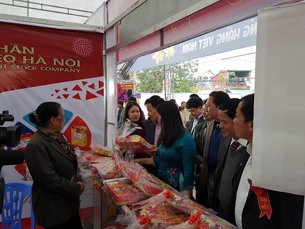 Lãnh đạo Sở Công Thương và địa phương tham quan các gian hàng tại Hội chợ