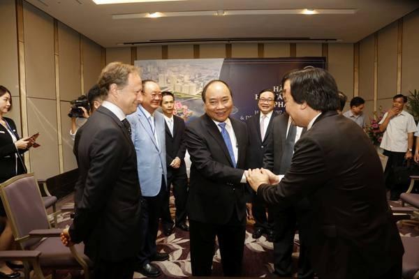 Lãnh đạo Chính phủ gặp gỡ các nhà đầu tư, chuyên gia tham gia Hội nghị