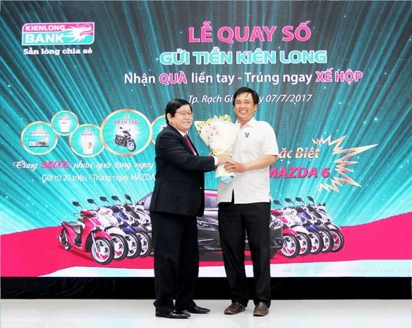 Ông Võ Văn Châu, TGĐ Kienlongbank chúc mừng khách hàng trúng thưởng