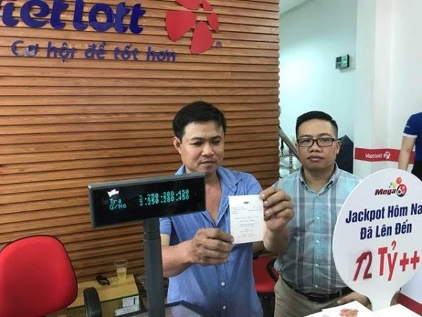 Ông Nguyễn Thanh Vũ nhận thưởng tại điểm bán hàng