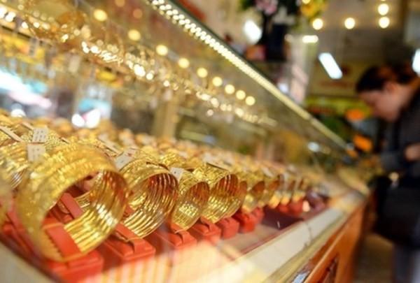 Giá vàng trong nước cũng giảm mạnh theo giá vàng thế giới