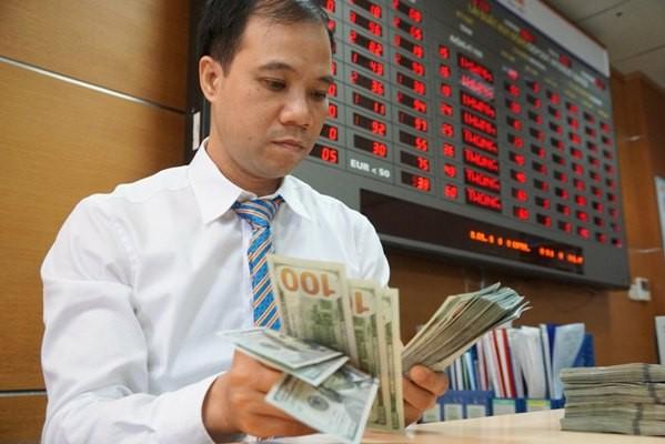 Tỷ giá trên thị trường vẫn tăng cao dù tỷ giá trung tâm được kiềm chế