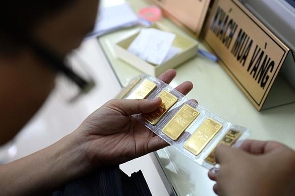 Hoạt động bán tháo trên thế giới càng khiến giá vàng giảm mạnh