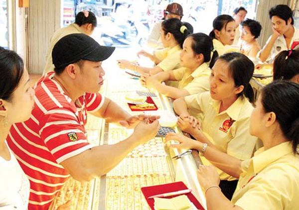 Giá vàng trong nước diễn biến ngược với giá vàng thế giới