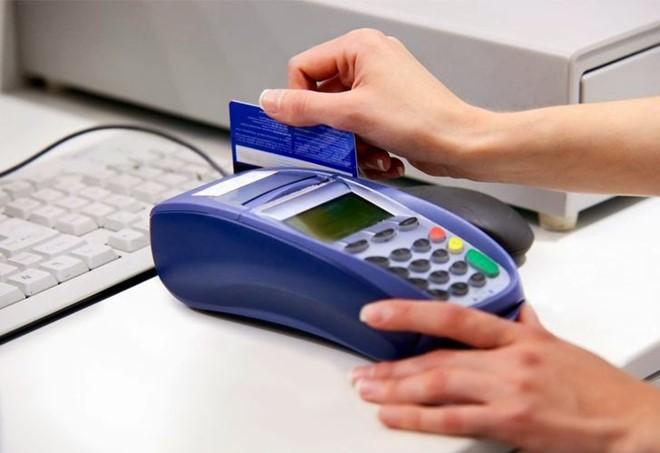 """Vì thẻ tín dụng được hưởng chính sách lãi suất 0% trong vòng 45 ngày nên nhiều điểm chấp nhận thẻ quẹt """"khống"""" cho khách hàng để lấy phí"""
