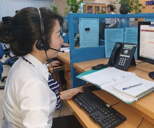 Cán bộ Trung tâm Chăm sóc khác hàng EVN Hà Nội trả lời thắc mắc của khách hàng
