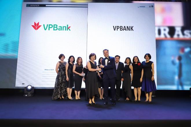 """Đại diện VPBank nhận giải thưởng """"Nơi làm việc tốt nhất châu Á"""" 2019"""