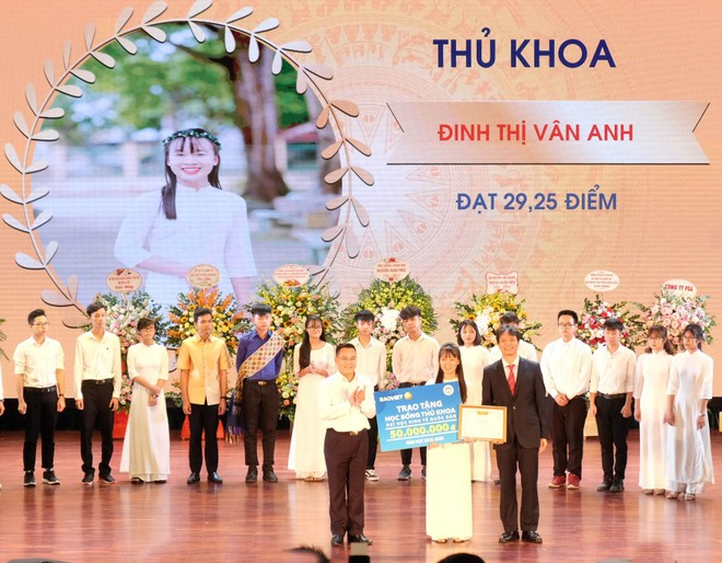 Trong 5 năm học, Tập đoàn Bảo Việt đã tài trợ 282 suất học bổng, tổng trị giá hơn 9 tỷ đồng cho sinh viên các ngành tài chính, bảo hiểm