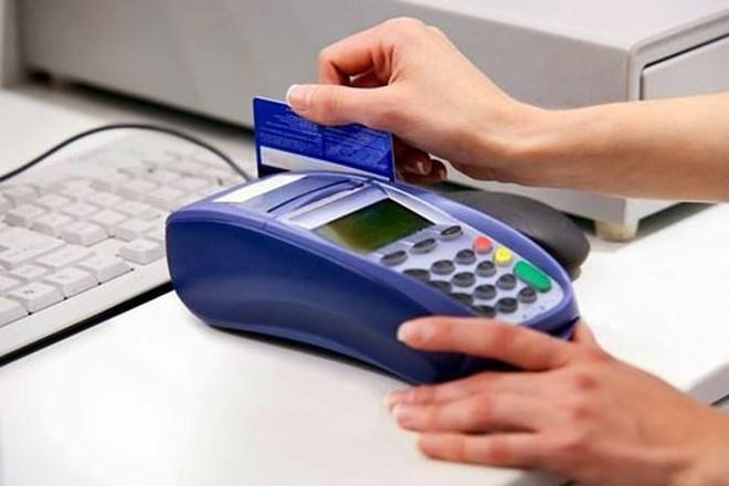 Việc đưa thẻ cho nhân viên nhà hàng quẹt dễ dẫn đến rủi ro cho chủ thẻ
