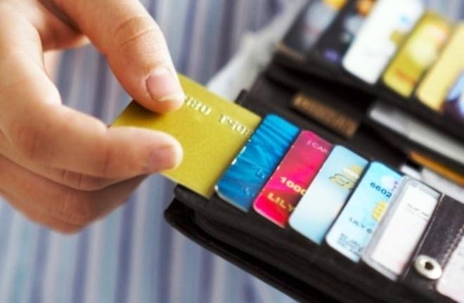 Việc giảm phí dịch vụ giúp các ngân hàng hút thêm lượng khách hàng