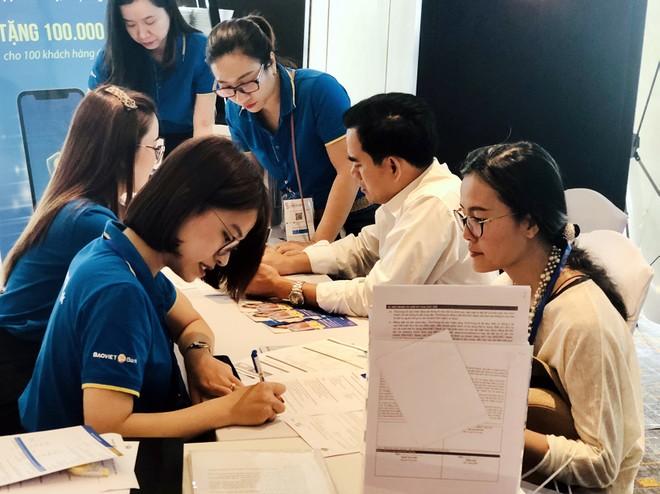 Khách hàng tham quan, tìm hiểu các sản phẩm của BAOVIET Bank tại triển lãm
