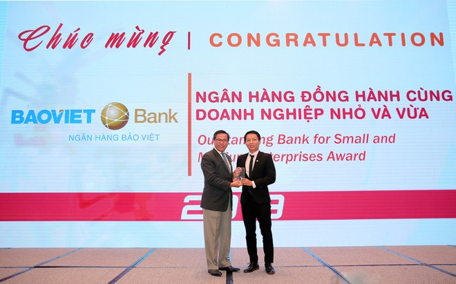 Ông Bùi Quang Vũ - Trưởng Văn phòng đại diện BAOVIET Bank tại TP.HCM nhận giải thưởng