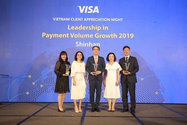 Đại diện Ngân hàng Shinhan nhận giải thưởng từ Visa