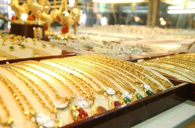 Giá vàng tiếp tục tăng cao dù các quỹ lớn tiếp tục bán ra