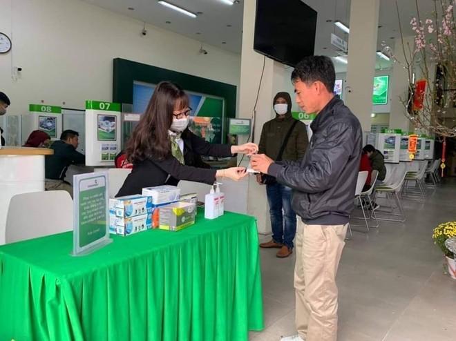 Nhiều ngân hàng đã cung cấp khẩu trang và nước rửa tay miễn phí cho khách hàng đến giao dịch