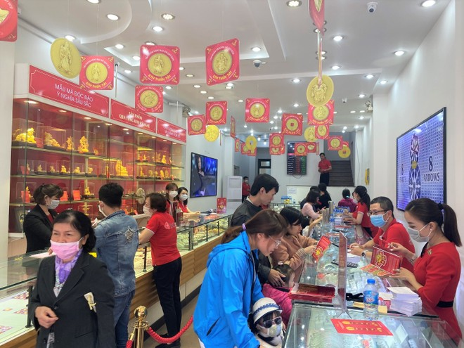 Mua vàng Thần Tài: Cửa hàng phát khẩu trang, nước rửa tay cho khách mua