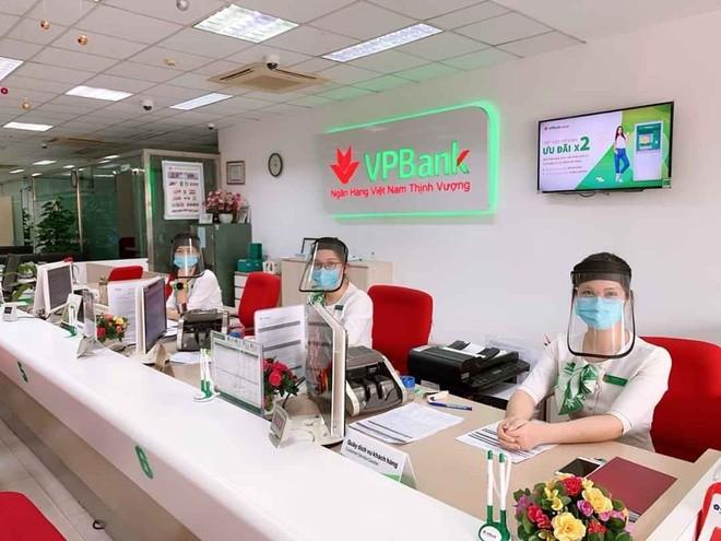 Nhân viên nhiều ngân hàng được trang bị đồ bảo hộ khi giao dịch với khách hàng