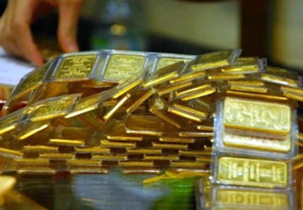 Giá vàng thế giới tăng mạnh, vàng trong nước vẫn cầm chừng