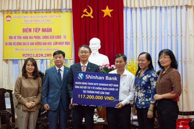 Ngân hàng Shinhan dành 400 triệu đồng chia sẻ với đồng bào miền Tây