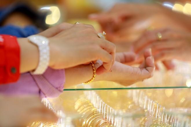 Giá vàng trong nước giảm nhưng mức giảm không nhiều như vàng thế giới