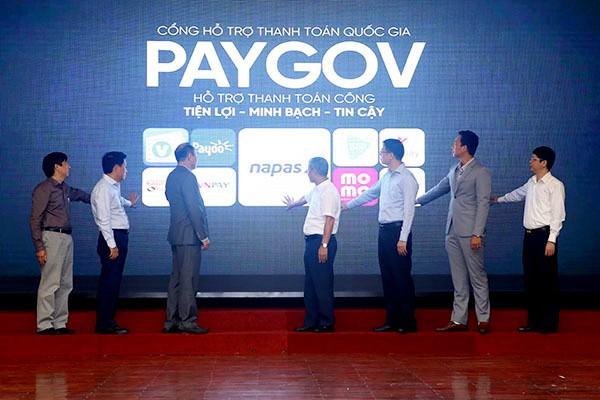 Các đại biểu thực hiện nghi thức ra mắt Cổng hỗ trợ thanh toán quốc gia PayGov
