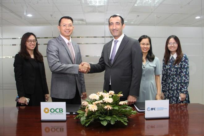 Đại diện OCB và IFC thực hiện ký kết hợp đồng gói vay năm 2020