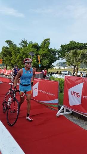 CEO Lê Hồng Minh (Việt Nam) lấy xe đạp bắt đầu chặng đua thứ hai