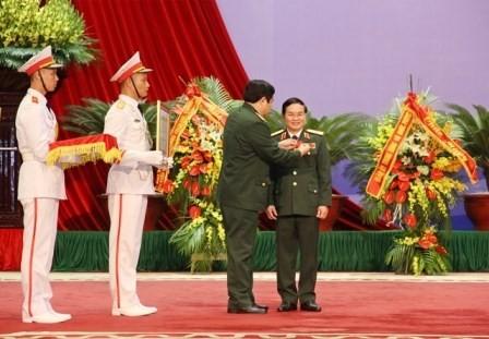 Thừa ủy quyền của Chủ tịch nước, Đại tướng Phùng Quang Thanh, Ủy viên Bộ Chính trị, Bộ trưởng Bộ Quốc phòng, gắn Huân chương Lao động hạng Ba tặng Thiếu tướng Lê Công, Tổng Giám đốc MB tháng 11-2014
