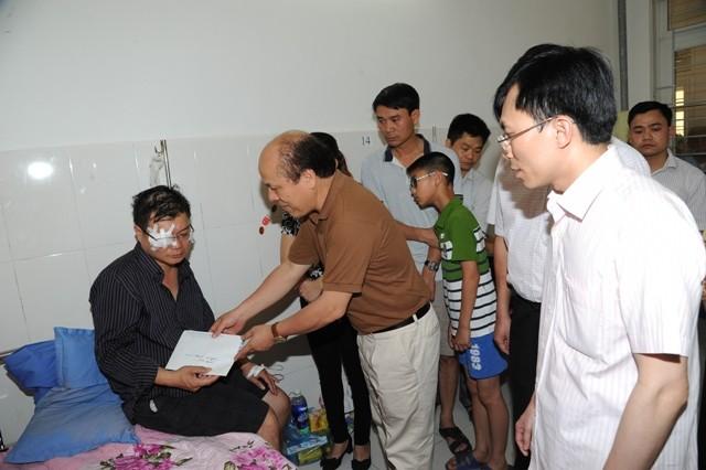 Lãnh đạo địa phương đến bệnh viện thăm hỏi, động viên và hỗ trợ gia đình bị nạn