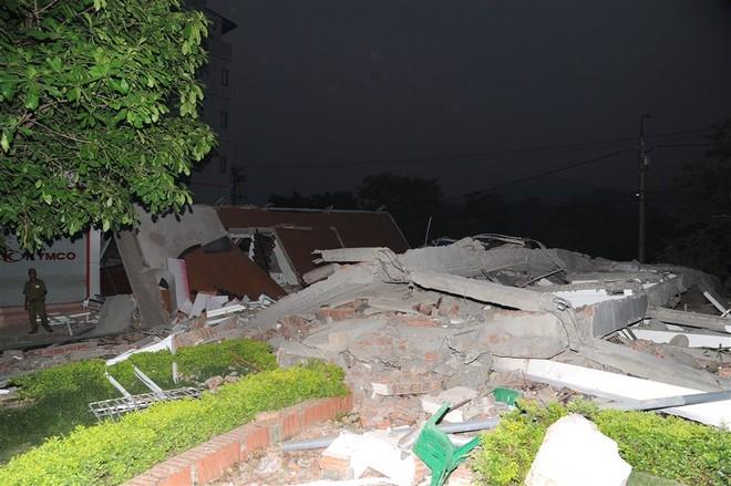 Cao Bằng: Đổ sập nhà 5 tầng giữa phố sầm uất, vùi lấp 6 người