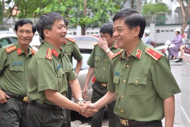 Tổng Biên tập Nguyễn Thanh Bình đón Thiếu tướng Đoàn Duy Khương tới trụ sở tòa soạn Báo An ninh Thủ đô chúc mừng