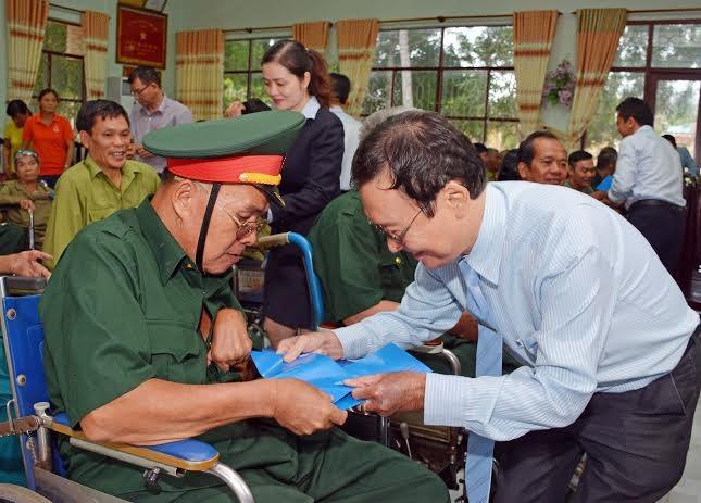 Đoàn đại biểu MB tặng quà các thương bệnh binh tại Trung tâm Điều dưỡng Thương binh, người có công Long Đất