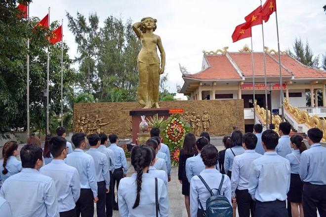 Cán bộ nhân viên MB dâng hương trước tượng đài Anh hùng liệt sỹ Võ Thị Sáu