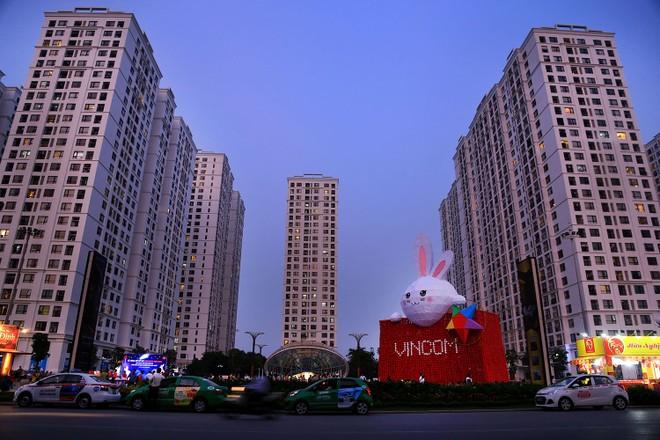 Chú Thỏ khổng lồ dễ thương trước giờ khởi động nổi bật trong khung cảnh chiều tại quảng trường Times City