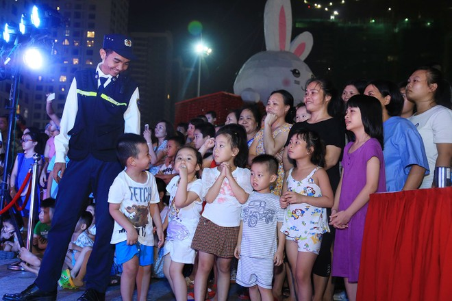 Các vị khách nhỏ tuổi háo hức chờ đợi Thỏ Vincom sáng đèn