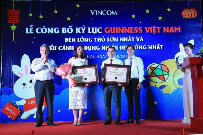 Đại diện kỷ lục gia Guinness trao giấy Chứng nhận xác lập kỷ lục cho Đại diện Vincom
