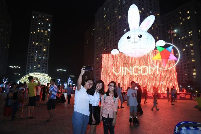 Các bạn trẻ chụp ảnh ghi lại khoảnh khắc đáng nhớ với Thỏ khổng lồ Vincom