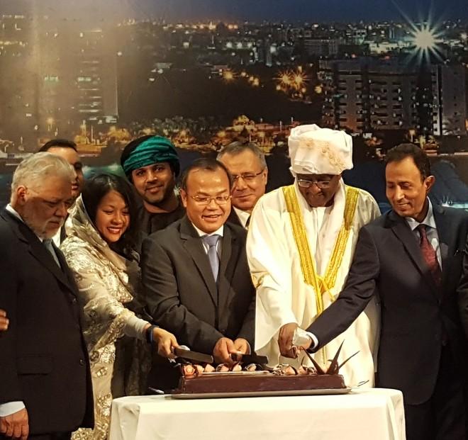 Các đại biểu cắt bánh mừng Quốc khánh Sudan