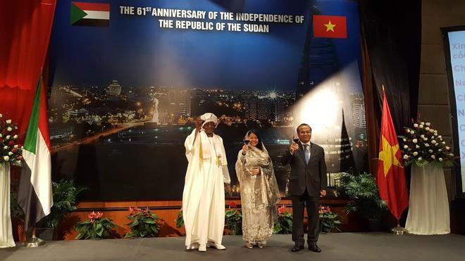 Từ phải qua: Thứ trưởng Bộ Ngoại giao Vũ Hồng Nam, Lãnh sự danh dự Sudan tại TP.HCM Trần Uyên Phương và ngài Đại sứ Cộng hòa Sudan Sayed Altayeb Ahmed cùng nâng ly chúc mừng