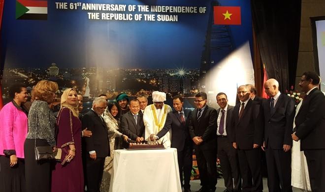 Đông đảo các vị đại diện ngoại giao đoàn, các vị Đại sứ và đại diện các tổ chức quốc tế tại Thủ đô Hà Nội đã tới chia vui trong ngày kỷ niệm Quốc khánh Sudan