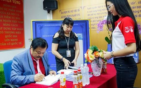 CEO Trần Quí Thanh ký sách tặng bạn đọc