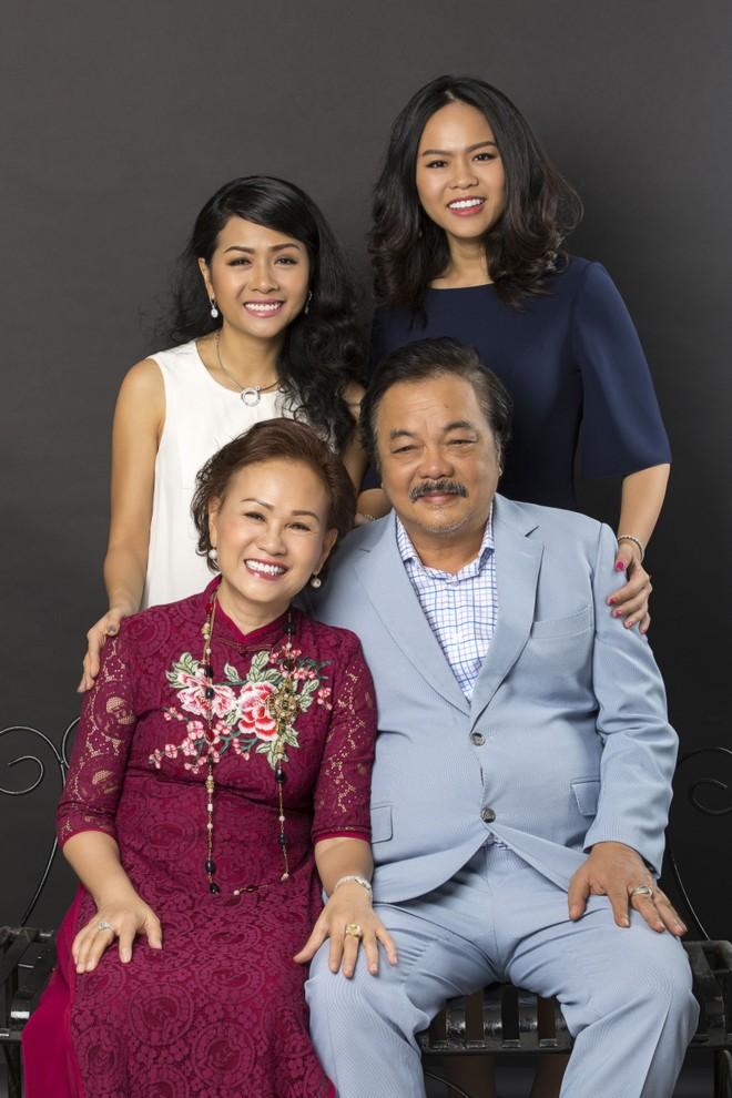 Nữ tác giả Trần Uyên Phương với cha mẹ và em gái Trần Ngọc Bích