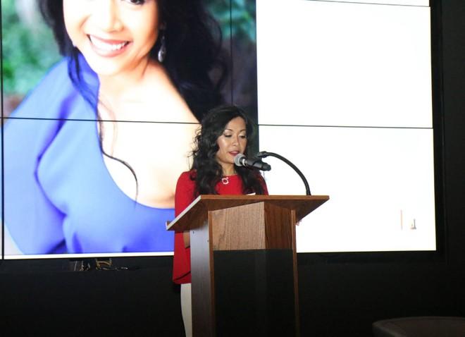 Tác giả Trần Uyên Phương tại lễ ra mắt cuốn sách ở New York