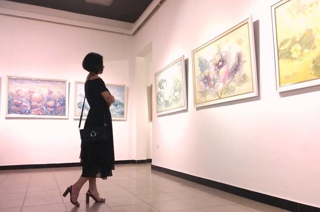 Vẻ đẹp của tranh sen thu hút những người phụ nữ sâu lắng