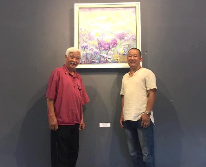 """Nhà sử học Dương Trung Quốc đến Triển lãm """"An tâm"""" trước giờ khai mạc và chia vui với họa sĩ Vũ Tuyên"""