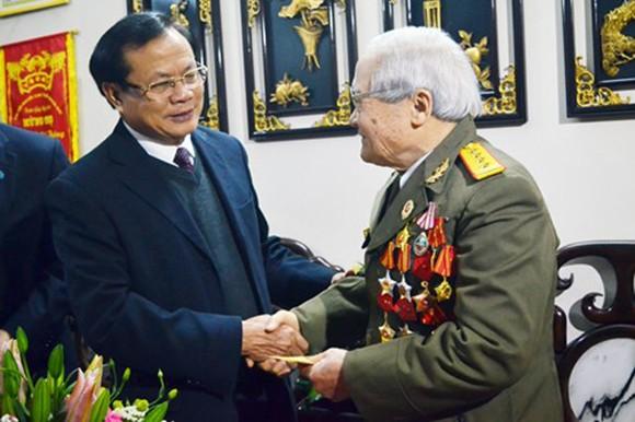 Bí thư Thành ủy Hà Nội Phạm Quang Nghị thăm và tặng quà cán bộ lão thành nhân dịp Tết Nguyên đán Ất Mùi 2015