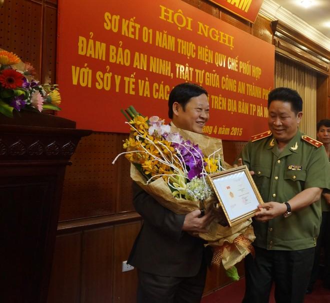 Tại hội nghị, thừa ủy quyền của đồng chí Bộ trưởng Bộ Công an, Trung tướng Bùi Văn Thành đã trao Kỷ niệm chương Bảo vệ An ninh Tổ quốc của Bộ Công an cho GS-TS Nguyễn Viết Tiến, về thành tích xuất sắc trong công tác lãnh đạo, tổ chức, chỉ đạo phong trào toàn dân bảo vệ ANTQ.
