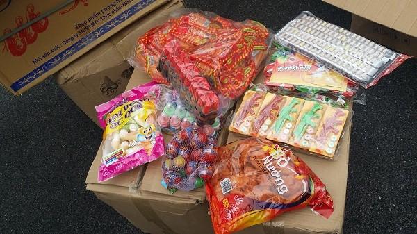 Rất nhiều loại bánh kẹo Trung Quốc bị CAQ Hoàng Mai thu giữ
