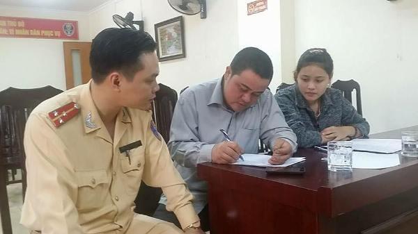 Thượng úy Nguyễn Tuấn Cường tận tình hướng dẫn anh Hiếu hoàn thành thủ tục nhận xe